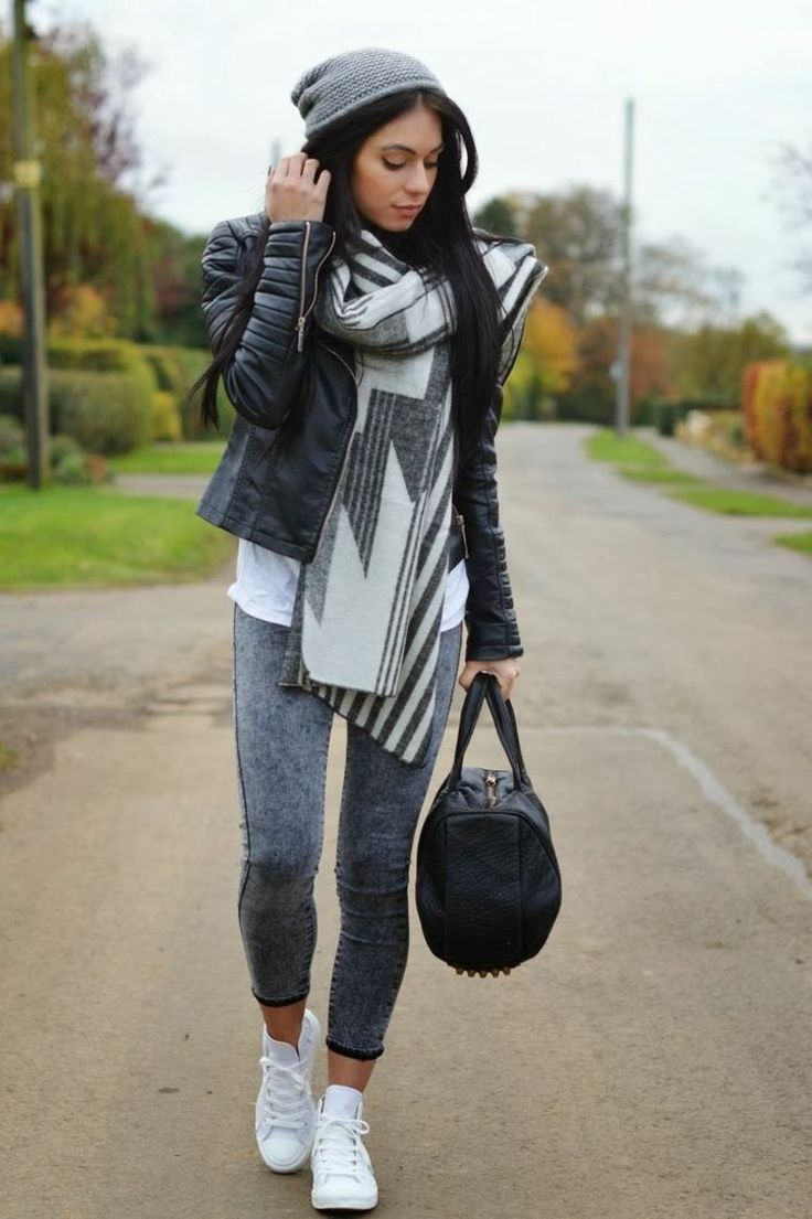 Outfit with leggings in denim look and leather jacket