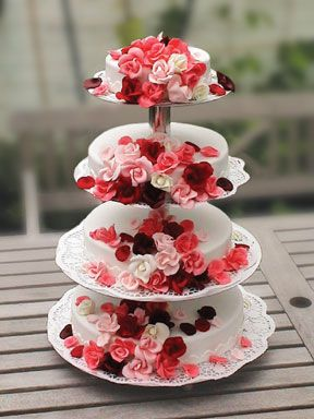 Werntges' TraumTorten.de - Artikel: Hochzeitstorte - Rosenregen auf Etagere