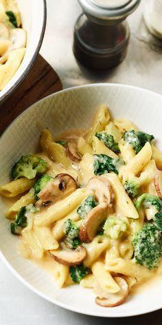 """""""One Pot"""" liegt momentan total im Trend und ist dazu eine super praktische Sache. Du benötigst lediglich einen Topf, in dem die ganzen Zutaten gekocht werden. Unsere One Pot Pasta Primavera überzeugt mit Broccoli und Champignons. Unbedingt probieren!"""