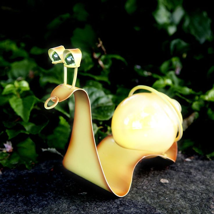 LED Solcelle Snegl - Meget kult dekorlys fra Star Trading som går på solceller med oppladbare batterier. Lampen er laget som en gul snegl i metall med en ball som kropp som inneholder LED lyskilder. Lampen har også skumringssensor. Pynt opp blomstene dine med denne morsomme sneglen!
