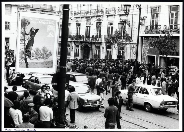 25 de Abril de 1974, Lisboa, Portugal  Concentração no Chiado. Fotógrafo: Estúdio Horácio Novais. Data da fotografia original: 25 de Abril de 1974.