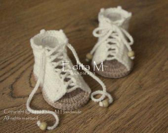 Au crochet, sandales de bébé. Fabriqué à partir de fils acryliques. Taille: 0-3 mois. Longueur: 9 cm - 3 1/2 pouces.  Lavage à la main dans leau fraîche.  Vous pouvez me retrouver sur Facebook : https://www.facebook.com/Edita-M-Handmade-602653316479108/  Si vous avez des questions, sil vous plaît contactez-moi. Je vous remercie pour votre visite.