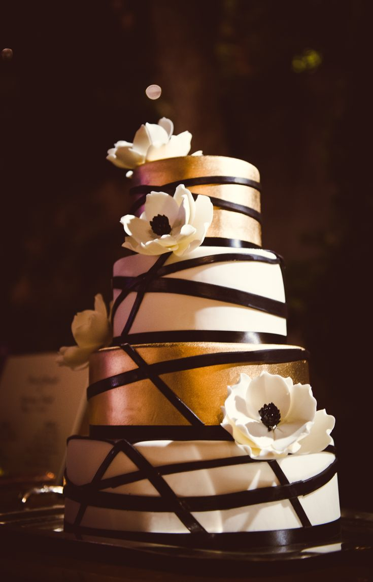 White and Gold Wedding. Modern Ivory and Gold Floral Cake | Photographer: Chelsea Nicole | Black and Gold Wedding