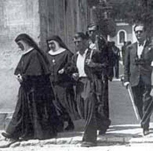 El 10 de noviembre de 1936, en las tapias del Cementerio de la Almudena, fueron asesinadas 23 adoratrices que murieron sonriendo y bendiciendo a Dios.