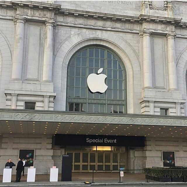 """""""Apple подтвердила 12 сентября в качестве даты презентации новых iPhone  Компания Apple разослала официальные приглашения представителям СМИ на 12 сентября, тем самым подтвердив дату представления рынку новых продуктов. Текст приглашения, как всегда, лаконичен: """"Встретимся у нас"""". Презентация станет первым публичным мероприятием на территории нового кампуса Apple Park в Купертино, штат Калифорния. Пресс-конференция пройдет в театре, который носит имя одного из основателей компании Стива…"""