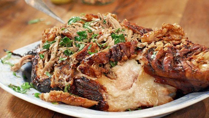 Knuspriger Schweinebraten mit Kräutern garniert.