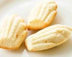 Madeleines au chocolat blanc : http://www.cuisineaz.com/recettes/madeleines-au-chocolat-blanc-42204.aspx
