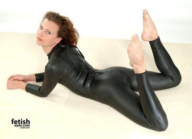 womenppussy-eaten-in-wet-suit-doll