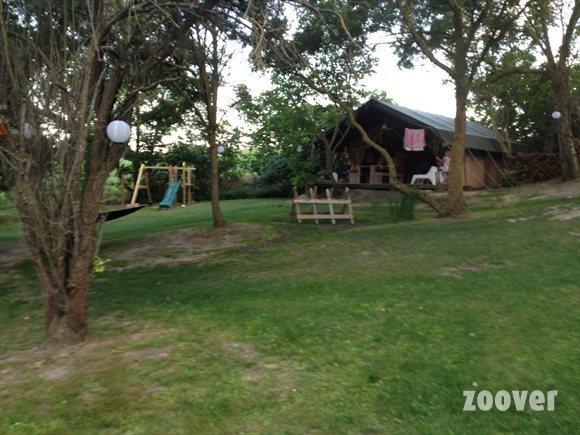 Zuid Frankrijk, Languedoc, departement Aude. Gites - tente de luxe (volledig ingerichte tenten) - zwembad - speeltoestel - trampoline - schuur met spelletjes - een uur rijden van de kust - table d'hotes www.domaineenbirbes.nl