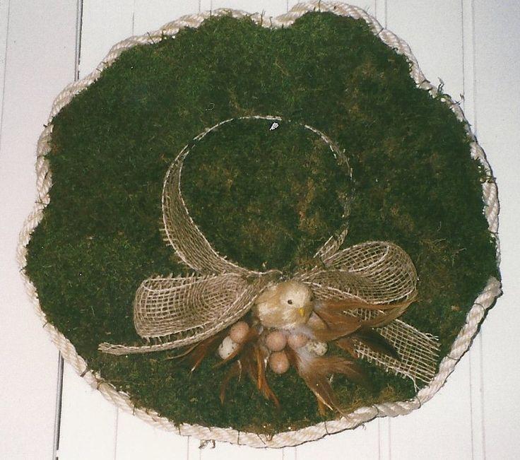 hoed van kippengaas, bekleed met mos