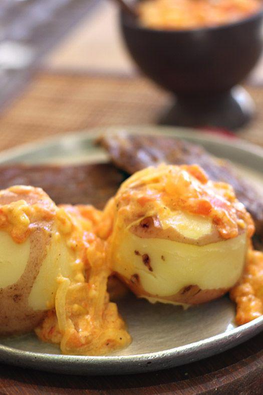 Exquisita receta de papas chorreadas con un delicioso hogao con queso. Rápida y fácil de preparar. Se sirve como acompañante de carnes, especialmente, se lleva muy bien con la sobrebarriga. www.antojandoando.com
