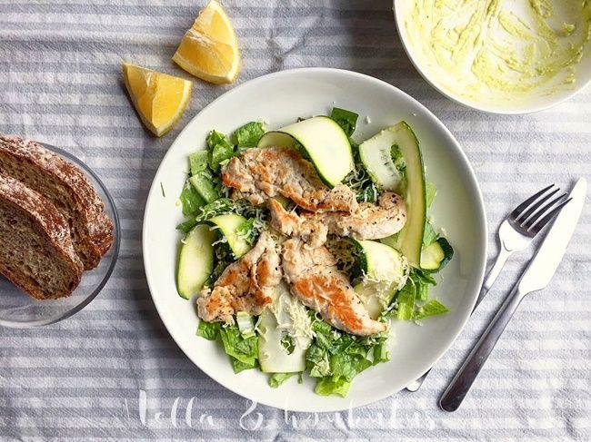 Avokadotahnassa pyöritellyt salaatinlehdet luovat pohjan tälle mielettömän herkulliselle salaatille. Päälle kasataan pitkiä kesäkurpitsas...