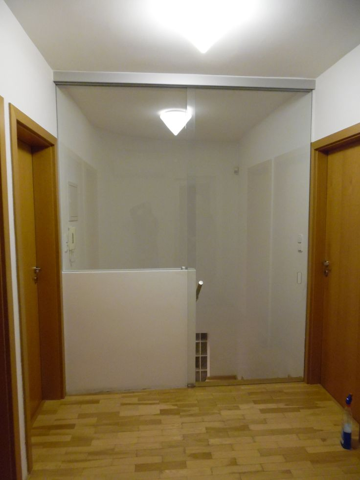 sklenené bezrámové posuvné dvere pri schodisku