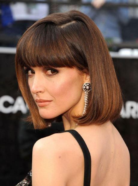 Classico taglio di capelli a caschetto con frangia e riga laterale Rose Byrne