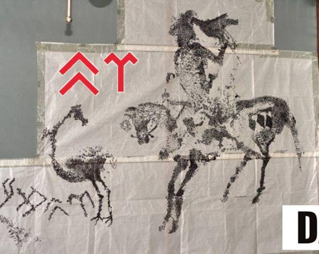 """ER-AD TAMGASI Göktürk ER-AD Tamgası yada Türk Orhun harfleri ile ER-AD yazısı, er olan Alp'ların kayalara kazıdıkları """"inisiyasyon"""" belgeleridir.  Göktürkler, er olma-asker olma çağına gelmiş genç erkekler için Ata Mağarası'nda, erginlenme ritüeli düzenlerdi. Fakat öncesinde b"""