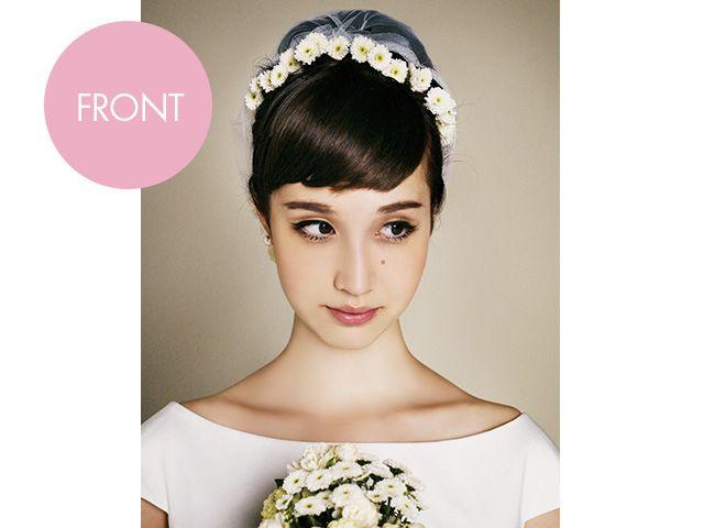 永遠のおしゃれアイコン、オードリーをイメージした'60年代スタイルです。トップを高くしたアップヘアに短い前髪が基本。小花をカチューシャ風に飾り...