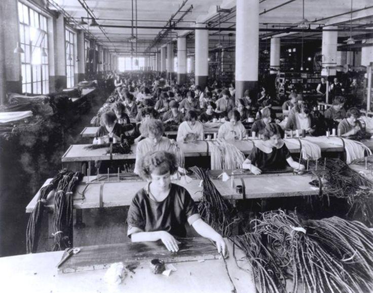 1930 Femmes travaillant à l'assemblage des cordes de téléphone, Northern Electric, Pointe St-Charles, Collection historique Bell Canada, Héritage Montréal