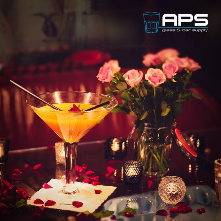Rozen zijn rood, viooltjes zijn blauw, dit is een extra groot cocktailglas, niet alleen voor jou. Het sharing cocktailglas 'Libbey Glass Europe Grande Super Stems Martiniglas' (art: 9570101) heeft een inhoud van 1,4 liter en is verkrijgbaar in de showroom op Veemarkt 51 of online in onze webwinkel: http://goo.gl/GoIZe3.