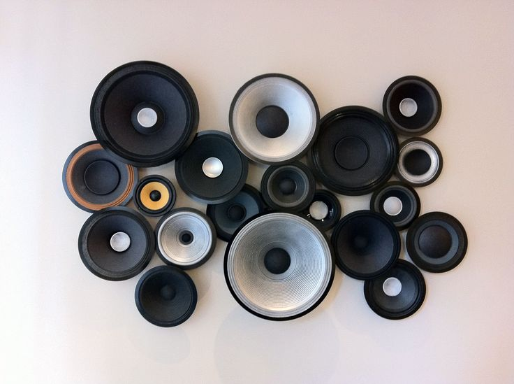 Retro speakers turned into great wall art! A great upcycling idea for those estate sale speakers and speaker parts selling for cheap because of disuse. You could even use old stereo fronts!