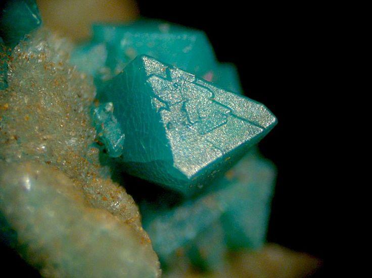 Chrysocolla, Cu2-xAlx(H2-xSi2O5)(OH)4·nH2O, Waygate Shaft, Wanlockhead, Dumfries & Galloway, Scotland, UK. 1.5mm chrysocolla pseudomorph after a veszelyite crystal, on hemimorphite. Copyright © Steve Rust