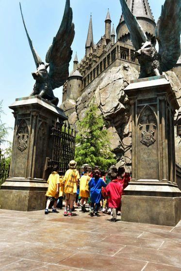 ホグワーツ魔法学校に入るこどもたち。USJで楽しむハリーポッターの世界