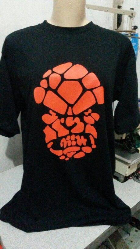 Camisa com a estampa em serigrafia da cara do homem de pedra