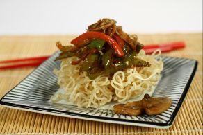 Gli spaghetti di soia all'orientale sono un tipico piatto asiatico ricco e saporito diffuso e apprezzato in tutto il mondo.