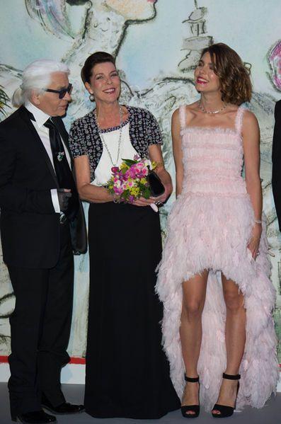 La princesse Caroline de Monaco aux bals de la Rose en 2013 avec sa fille Charlotte et Karl Lagerfeld