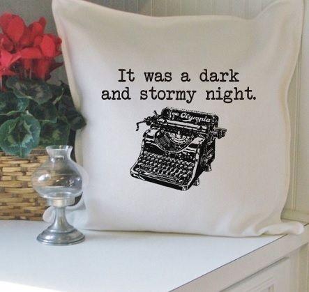 Funda para cojines con una frase clásica y manida frase de la literatura anglosajona y una estampación de una máquina de escribir. Un buen complemento para tener bajo los riñones mientras leemos acurrucados en el sofá.