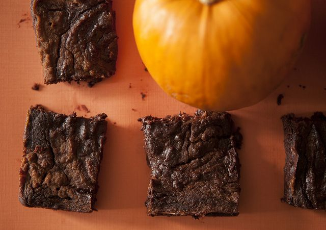 4 Ingredient Fudgy Pumpkin Pie Brownies - sub eggs and oil with pumpkin puree. Can't wait to try these!