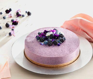 En vacker cheesecake som får härlig lila färg av blåbär och svartvinbärssaft. Cheesecake är en utmärkt dessert att förbereda dagen innan den ska bjudas eftersom den då får gott om tid att sätta sig. Dekorera med björnbär, blåbär och ätbara blommor om det finns att tillgå.