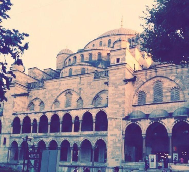 Sultanahmet Camii (Blue Mosque) in İstanbul Di questa mosche colpiscono soprattutto le cupole decorate, così leggere, così aree, e lo spazio in alto attraversato e scandito dai fili che sorreggono i lampadari. Durante il giorno è possibile partecipare a una visita guidata gratuita, ma noi siamo arrivate tardi. Uscendo, non perdetevi l'#ArastaBazaar.