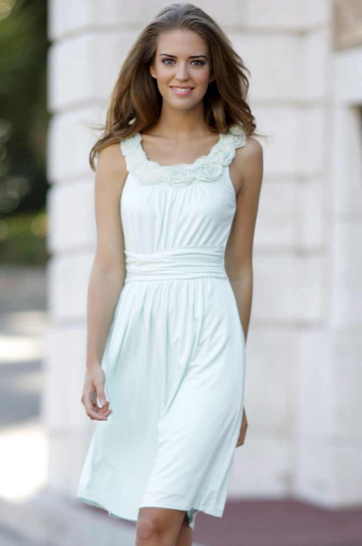 Clara-Alonso looking super cute and feminine in a wonderful summer dress. I wish I could look like her.