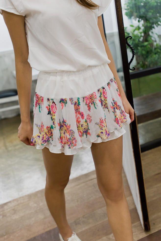floral pleat skirt pants from Kakuu Basic. Saved to Kakuu Basic Denim. Shop more products from Kakuu Basic on Wanelo.