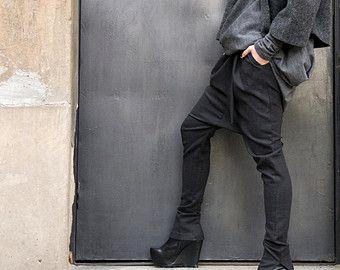 Deze prachtige comfortabele Navy losse drop Kruis broek zullen uw Must have kledingstuk voor het nieuwe seizoen... Comfortabele en gemakkelijk te dragen tegelijkertijd tijd dus een vleugje elegantie en stijl... Draag hem met extravagante tuniek, sneakers, favoriete tee of bovenkant, of hoodie of trui... of wat anders heb je in gedachten zullen altijd gewoon PERFECT...  Verschillende maten beschikbaar XS, S, M, L, XL, XXL  Stof: linnen   Metingen (metingen van het lichaam niet van het…