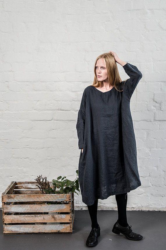 Lavé et linge doux robe avec des manches. Parfait pour la saison froide. La robe est un peu - forme de ligne et peut être portée avec ou sans la ceinture. La ceinture est incluse.  -la zone du buste de la toile - 145 cm environ -la longueur de la robe - environ 98 cm -la longueur des manches - environ 33 cm  DESCRIPTION: -une taille ; -fabriqués à partir de Baltique 100 % lin (lin) - linge de poids moyen. charbon de bois - couleur de limage. Sil vous plaît choisir une autre couleur sur la…