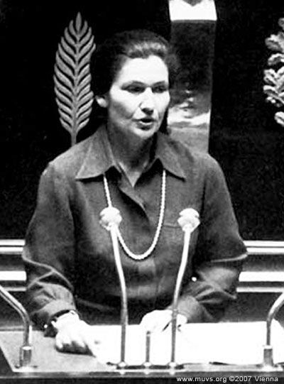 Simone Veil en novembre 1974 à l'Assemblée nationale, lors du débat sur le projet de loi sur l'interruption volontaire de grossesse.
