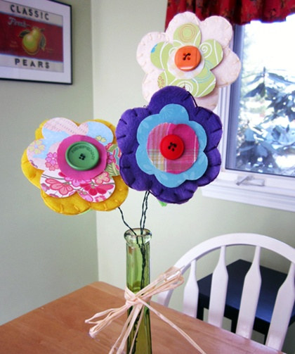 These felt flowers are so cute!!! Perfect April activity for the kiddies!