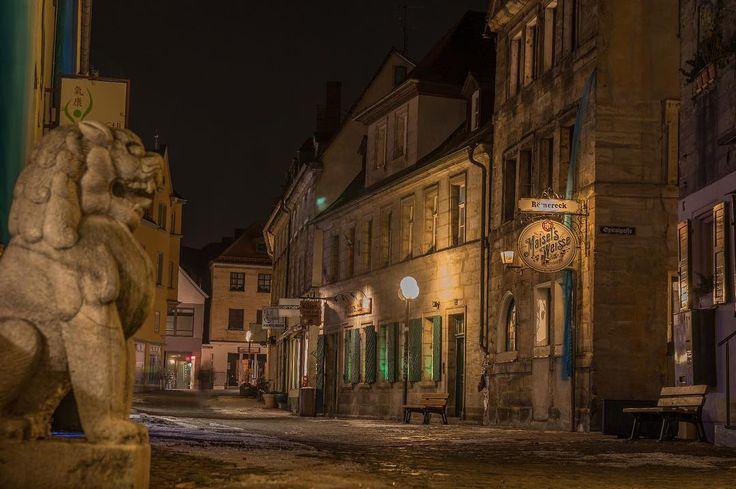 Ein #Wächterlöwe in der Fußgängerzone in #Bayreuth. Ebenso unerwartet wie der Dinosaurier. Die von-Römerstraße ist ein Geheimtipp für alle Nachtschwärmer. Es reiht sich eine Kneipe an die andere.  #unibayreuth #kneipe #visitbayreuth #wagnerstadt #hatchi #maiselsweisse ##topexplorers