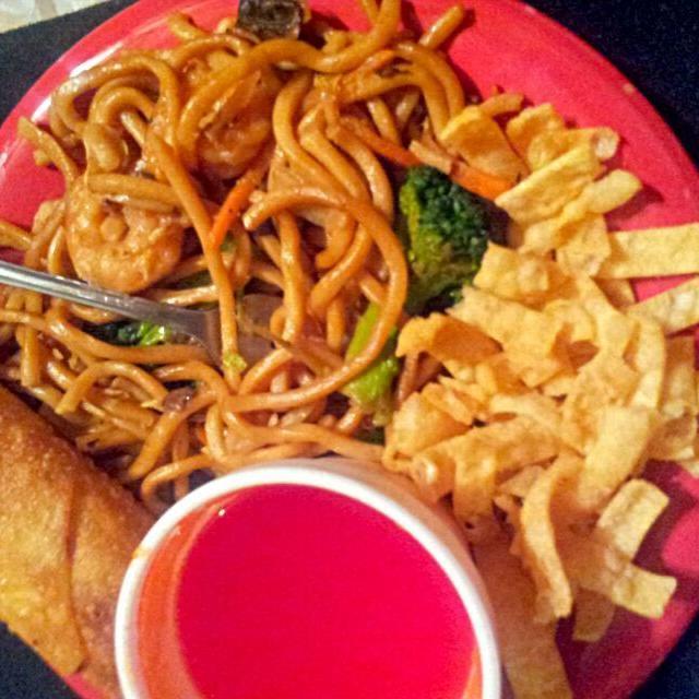 レシピとお料理がひらめくSnapDish - 15件のもぐもぐ - Chinese Take out Always Hits the Spot  Everytime Late Night  Snack ✔✔ Egg Roll Fried Noodles  Lo Mein  #Chinese cuisine #Fried Noodles #Noodles #Snack/Teat by Alisha GodsglamGirl Matthews