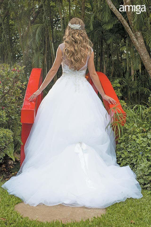 Vestido de novia con cola. #AmigaBodas #Wedding #Photography #PhotoShoot #WeddingDress