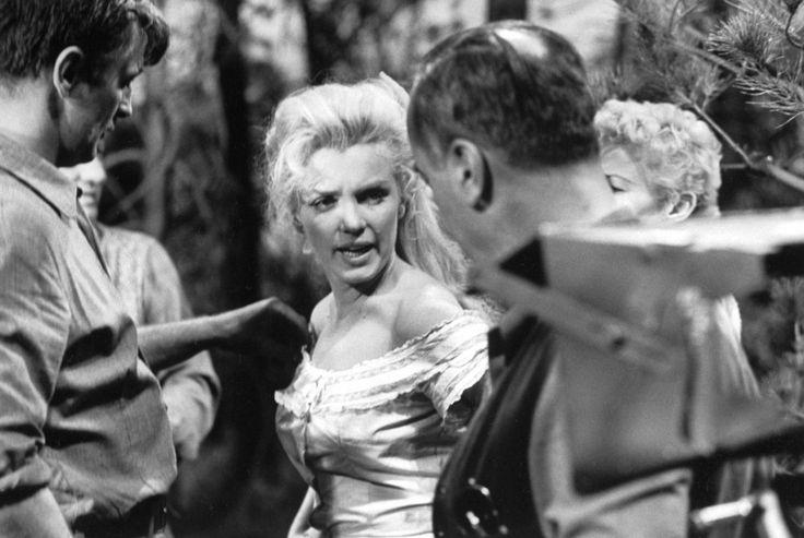 """""""River of no return"""" (La rivière sans retour) d'Otto PREMINGER / CRITIQUE / S'il est loin d'être un titre phare du western, """"Rivière sans retour"""" est surtout l'occasion de voir Marilyn en chanteuse de saloon. Comme souvent dans les films où elle apparaît, de nombreuses scènes sont prétextes à la voir chanter, même si ça tombe comme un cheveu sur la soupe (un peu comme dans certains Disney). Toutefois ces scènes là sont assez réussies et les mélodies plutôt agréables et collant bien avec…"""