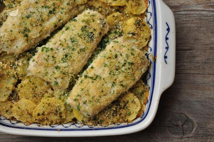 2 filetti di merluzzo (400 g circa) 400 g di patate 5-6 rametti di prezzemolo 1 spicchio d'aglio 2 cucchiai di pangrattato (40 g circa) 2 cucchiai d'olio extravergine di oliva sale pepe