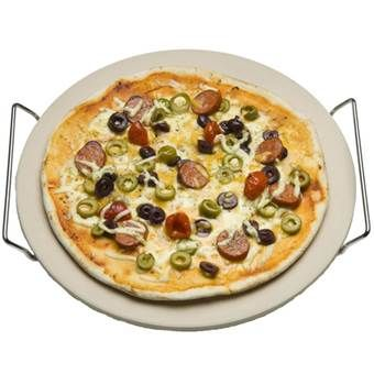 Deze Cadac pizzasteen is tien millimeter dik en kan temperaturen tot 500 graden Celcius doorstaan. Hij is geschikt voor gasbarbecues, houtskoolbarbecues en elektrische ovens. Bak de lekkerste pizza's gewoon op de barbecue met deze pizzasteen!