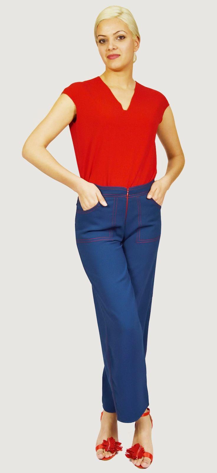 Pantalón Azul en algodón,cuatro bolsillos, con pespuntes rojos y cremallera roja delantera. Muy original e informal. Por el tobillo