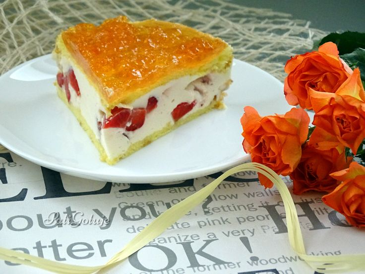 Ciasto ze śmietankową pianką, truskawkami i galaretką