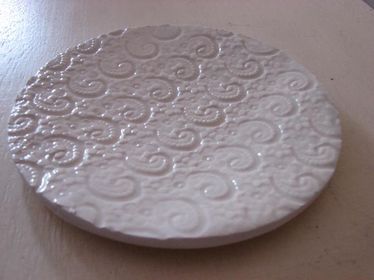 plato de postre, 20 cms. de diámetro, trabajado con puntilla.