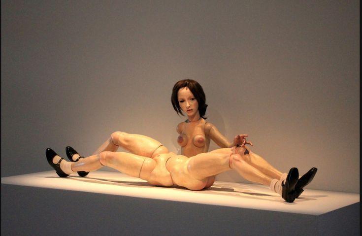 Hans Bellmer (1902-1975) Autor y fotógrafo surrealista de origen polaco que desarrolló su trabajo en Berlín y más tarde en París debido al nazismo.Cuando los nazis llegaron al poder en 1933, Bellmer decidió no hacer nada que pudiera serles útil. Entonces confeccionó su obra más conocida: la Muñeca. Una escultura que representa a tamaño casi real (1,40 m.) a una muchacha de cabellos morenos, desnuda y con calcetines que tiene cuatro piernas y numerosas articulaciones para un único torso de…