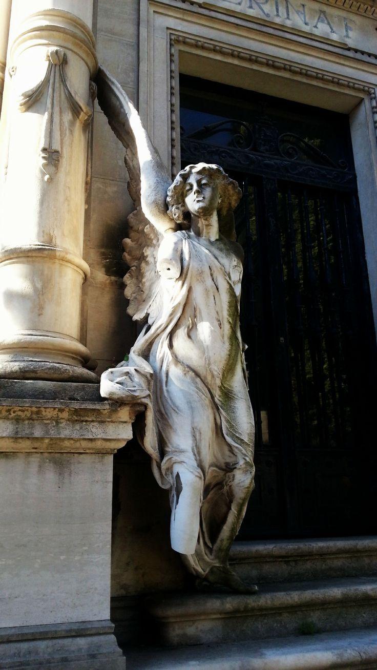 Ángel del silencio de Luis Perinat Terry en la entrada del Panteón Perinat (1897) #Cementerio #Madrid #SanIsidro
