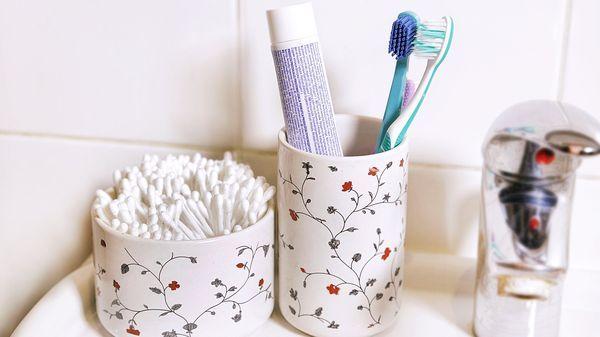 Víte, že obyčejná zubní pasta toho dokáže vyčistit mnohem víc než jen vaše zuby? A umíte z tuby dostat maximum, abyste ji nevyhazovali z poloviny plnou? Představujeme vám jednoduché triky s tímto stomatologickým pomocníkem.